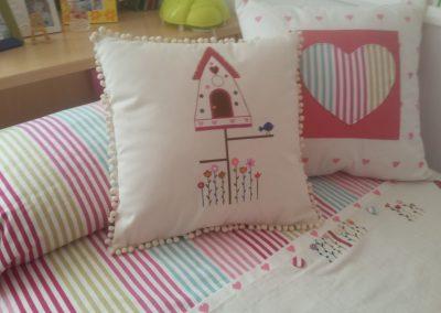 Dormitorio en tonos rosas.