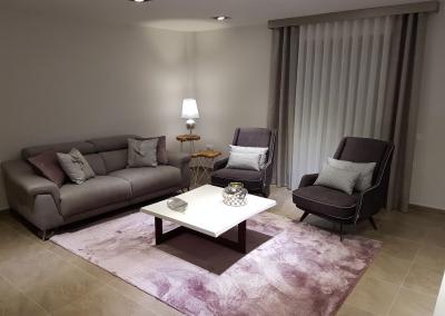 Salón moderno en tonos grises y malvas
